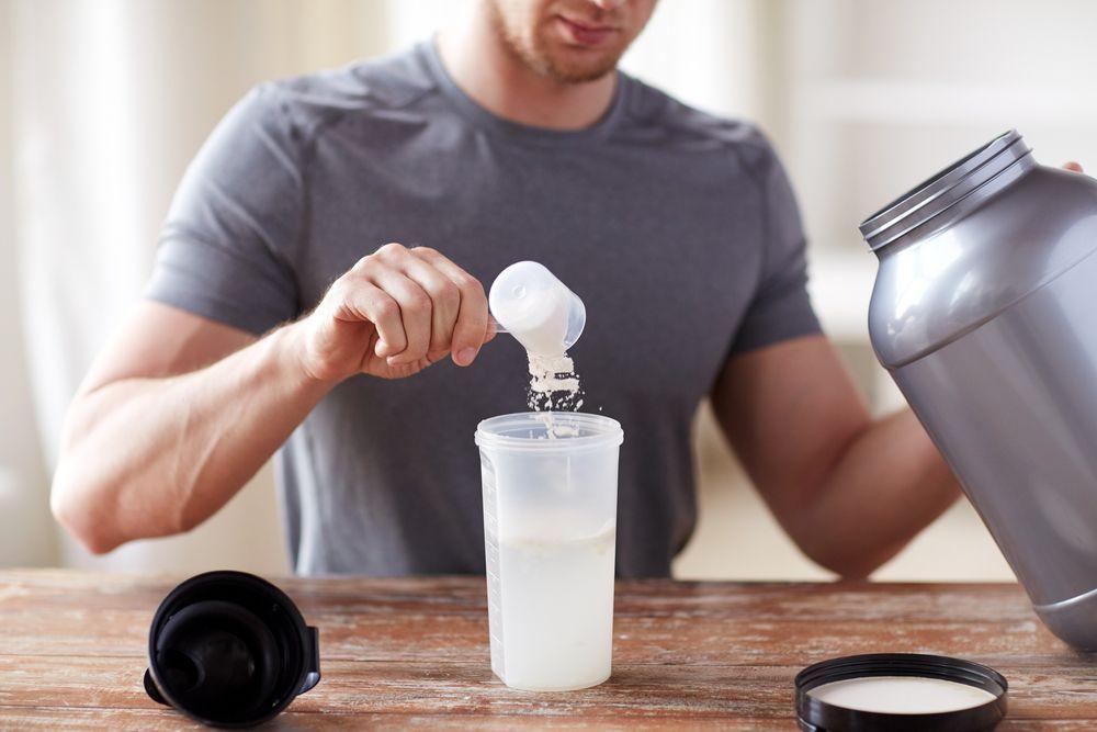 man preparing protein shakes - Tienda de Salud y Nutrición Deportiva Online